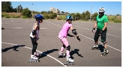 youskate kids rollerblading lessons instructor monitoring